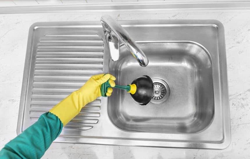 Избавляемся от засора в кухонной раковине.